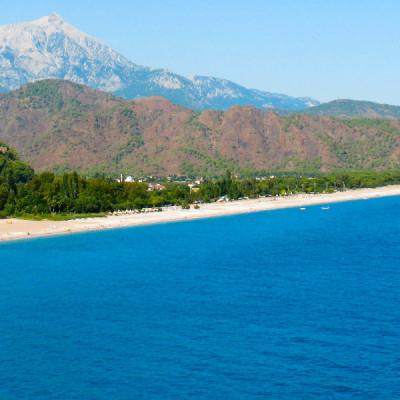 Küste bei Olympos mit Tahtalı im Hintergrund - Alex Graves - CC BY-SA 2.0